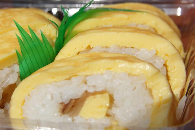 田野駅屋で販売される「さくら」の卵巻き寿司