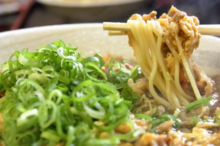 ラーメン食堂黒まる 牛玉ラーメンの中太麺