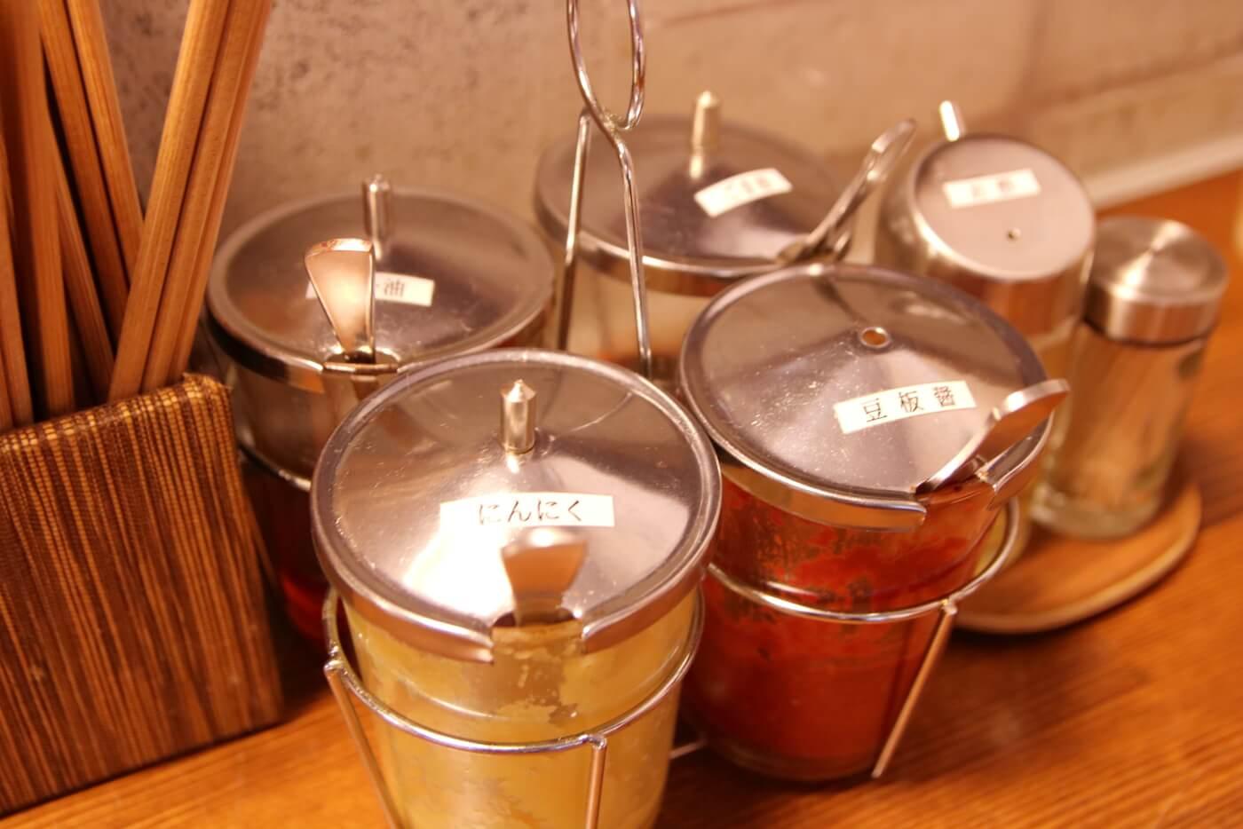 高知市一宮のラーメン店 和へる(あえる) 卓上に置かれた調味料