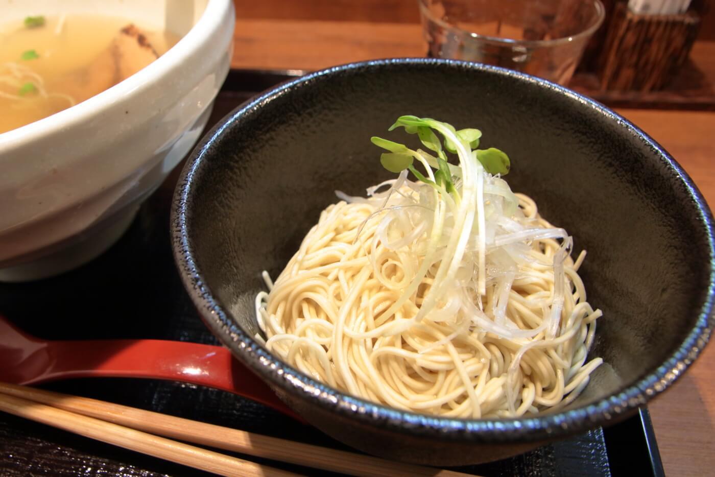 高知市帯屋町のラーメン屋なゆた鯛塩ラーメンの細麺替玉