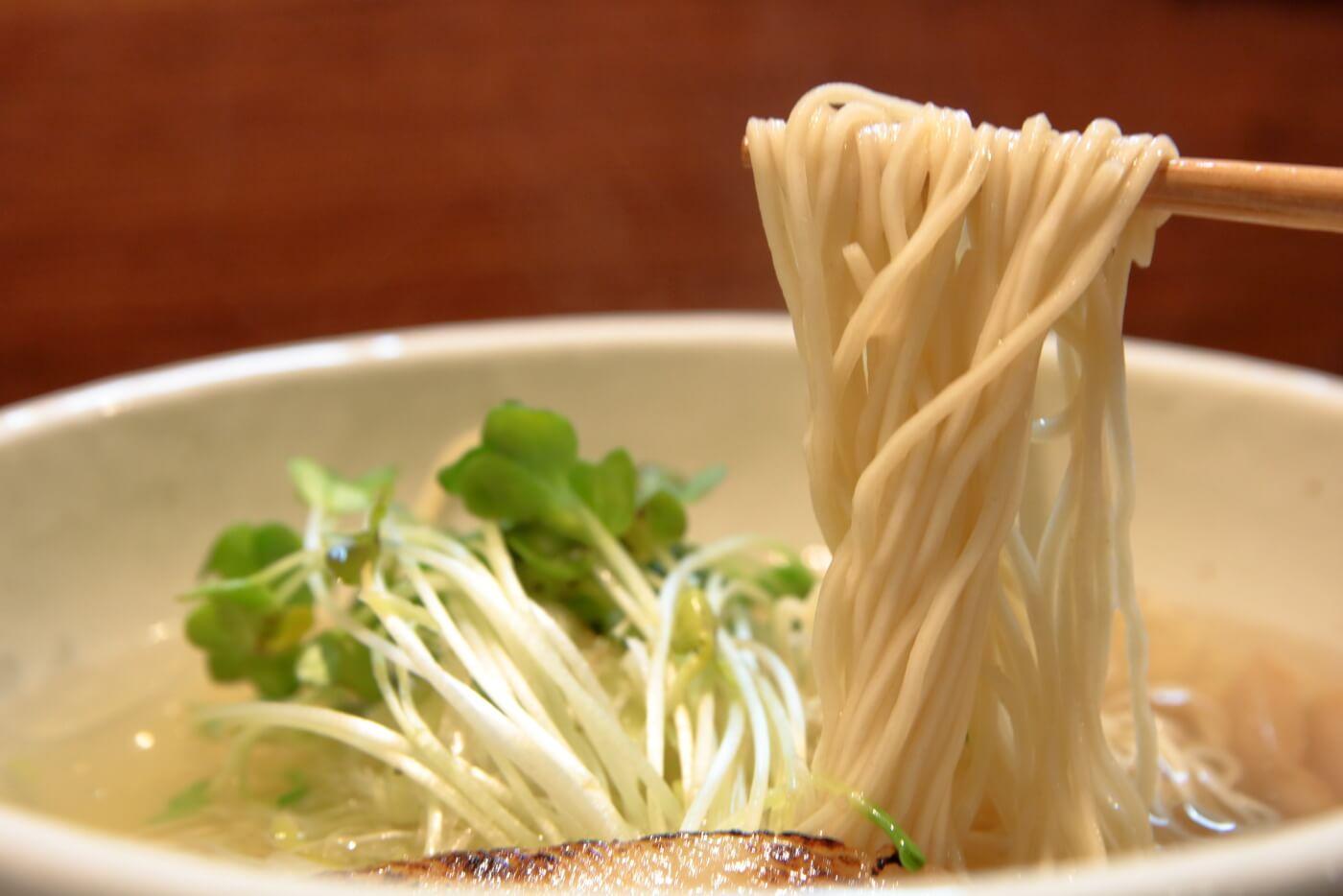 高知市帯屋町のラーメン屋なゆた鯛塩ラーメンの細麺
