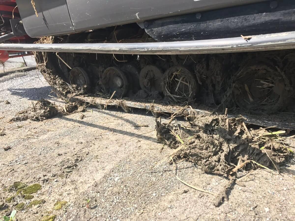 泥だらけのコンバインキャタピラー