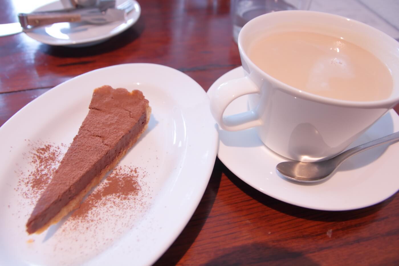 cafe Melba(メルバ)の手作りケーキ チョコレートタルトとカフェオレ
