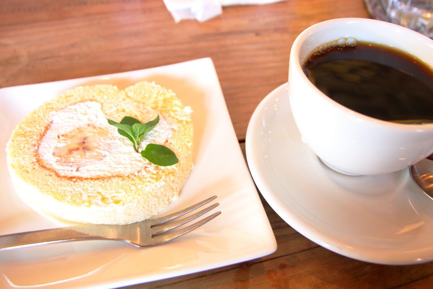 カフェククサ 日替わりランチのデザート バナナのロールケーキとコーヒー