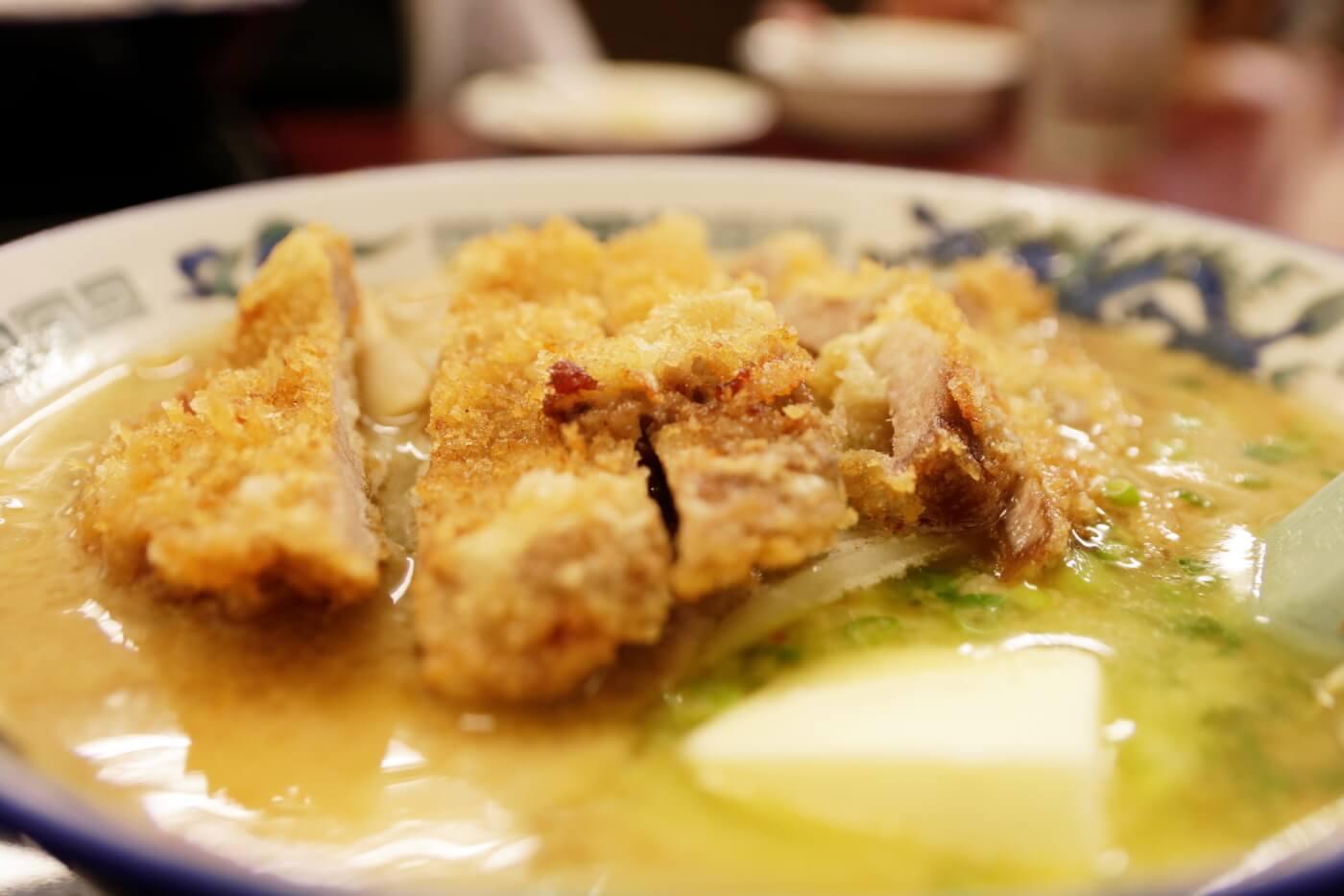 高知市にあるラーメン屋さん鈴木食堂の味噌カツラーメンにのったトンカツ