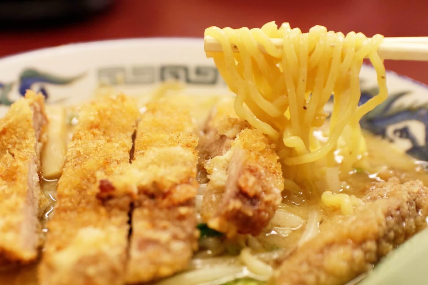 高知市にあるラーメン屋さん鈴木食堂の味噌カツラーメン