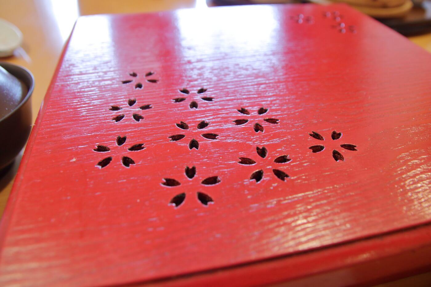 甘味茶寮 さくらさく ランチの重箱に刻まれた桜柄