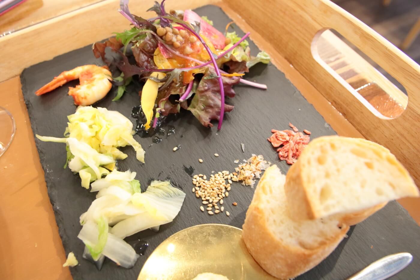 PIzzeriaORTO オルト ランチの前菜とサラダとフランスパンのトースト