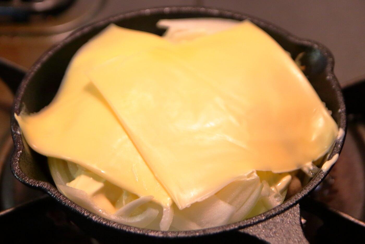 サヴァ缶レモンバジルをスキレットでチーズ焼きにする
