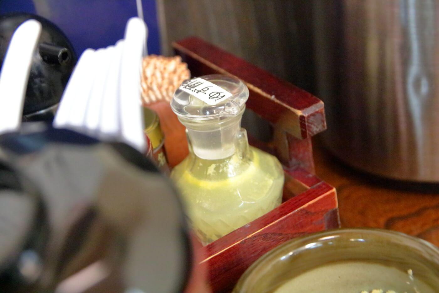 うどん専門店新富の内観 卓上に置かれた柚子酢