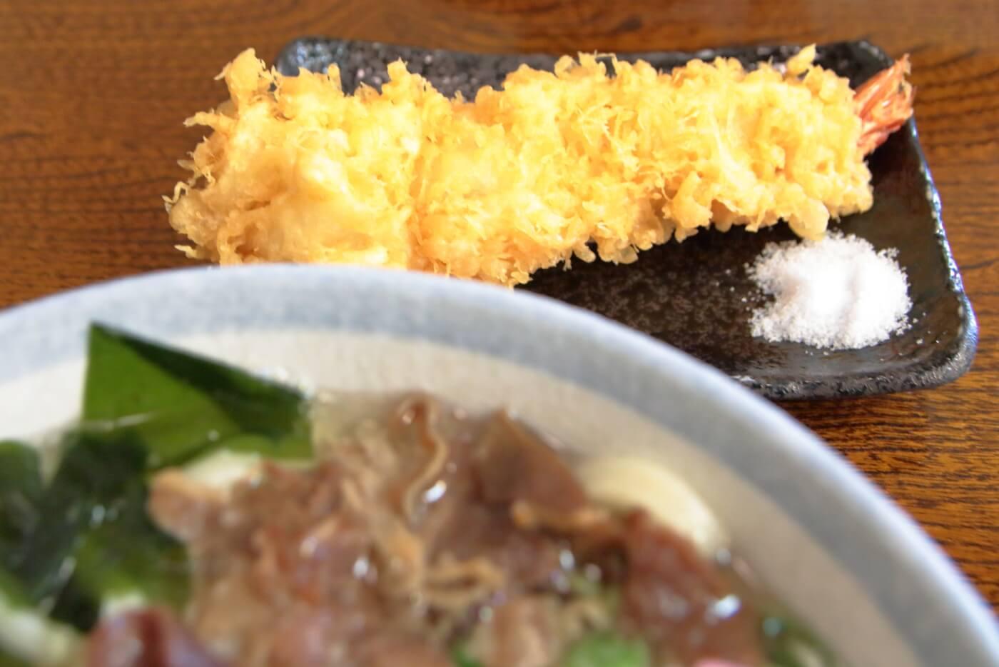 うどん専門店新富の五目うどんを天ぷら五目うどんにすると付く大きなエビ天