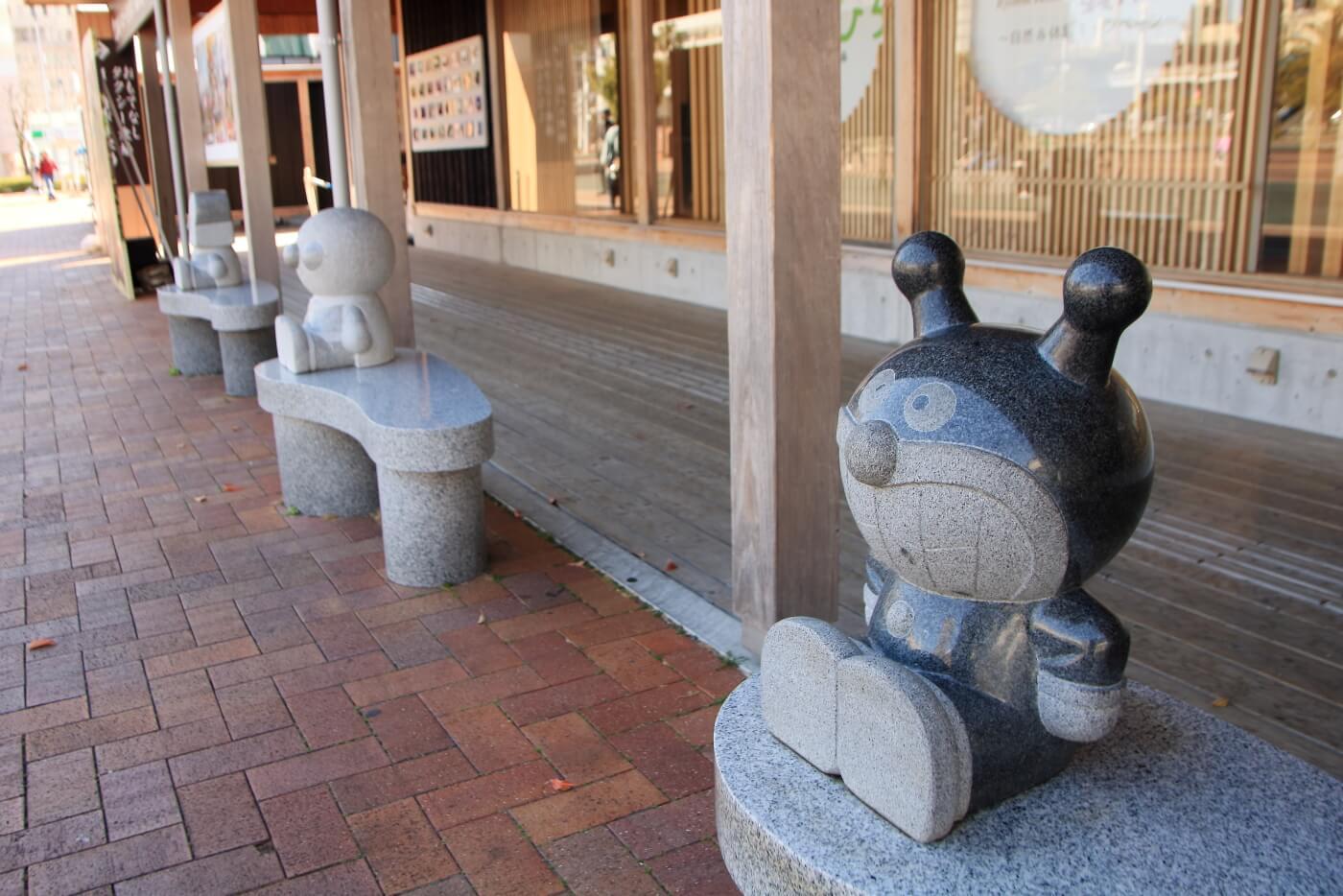 高知駅 こうち旅広場 とさてらす前のアンパンマンキャラクターベンチ