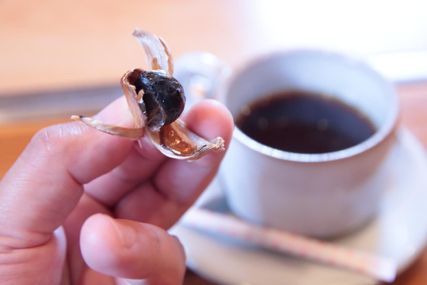 南国農家のランチ 食後のコーヒーとセットで出される黒ニンニク