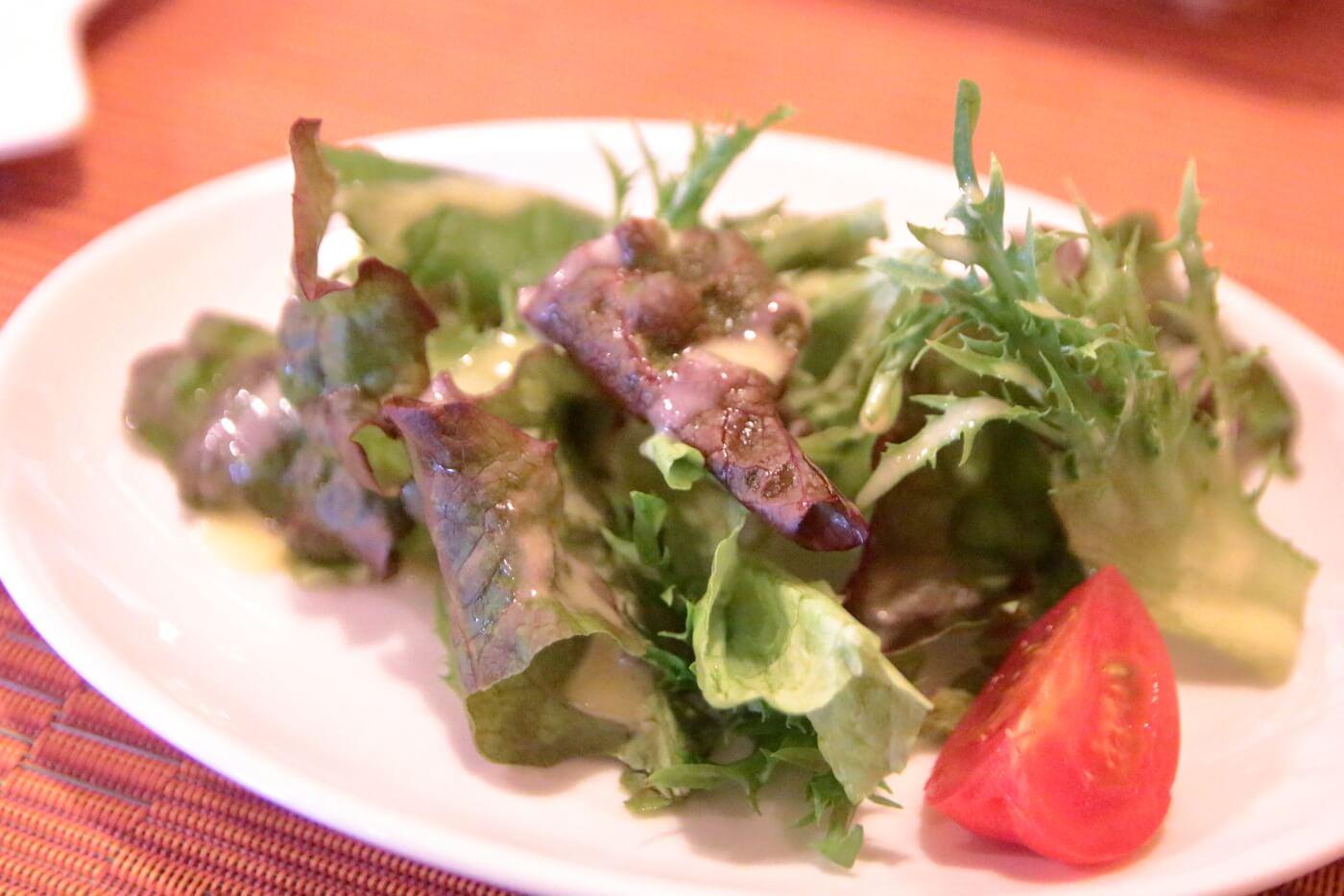 香美市土佐山田町のイタリア料理屋さんクアットロスタジオーニのランチに出されるサラダ