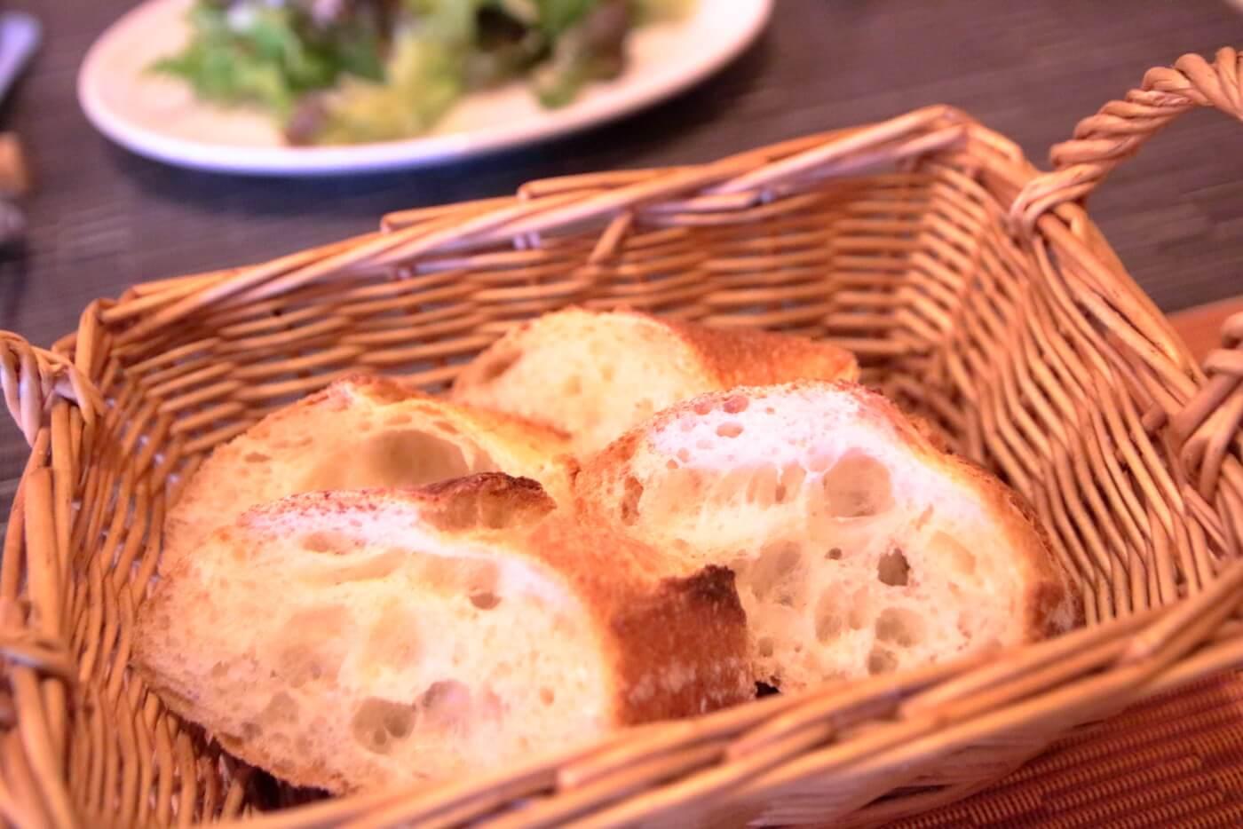 香美市土佐山田町のイタリア料理屋さんクアットロスタジオーニのランチに出されるバケット