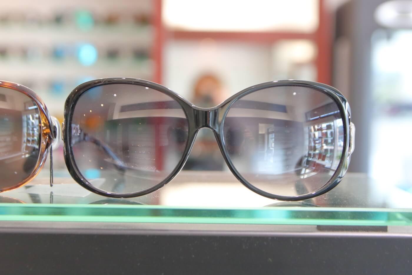 高知市上町の眼鏡店ミナミメガネの店内に陳列されたサングラス
