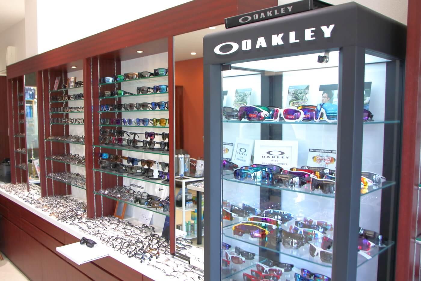 高知市上町の眼鏡店ミナミメガネの店内に陳列されたオークリーのサングラス