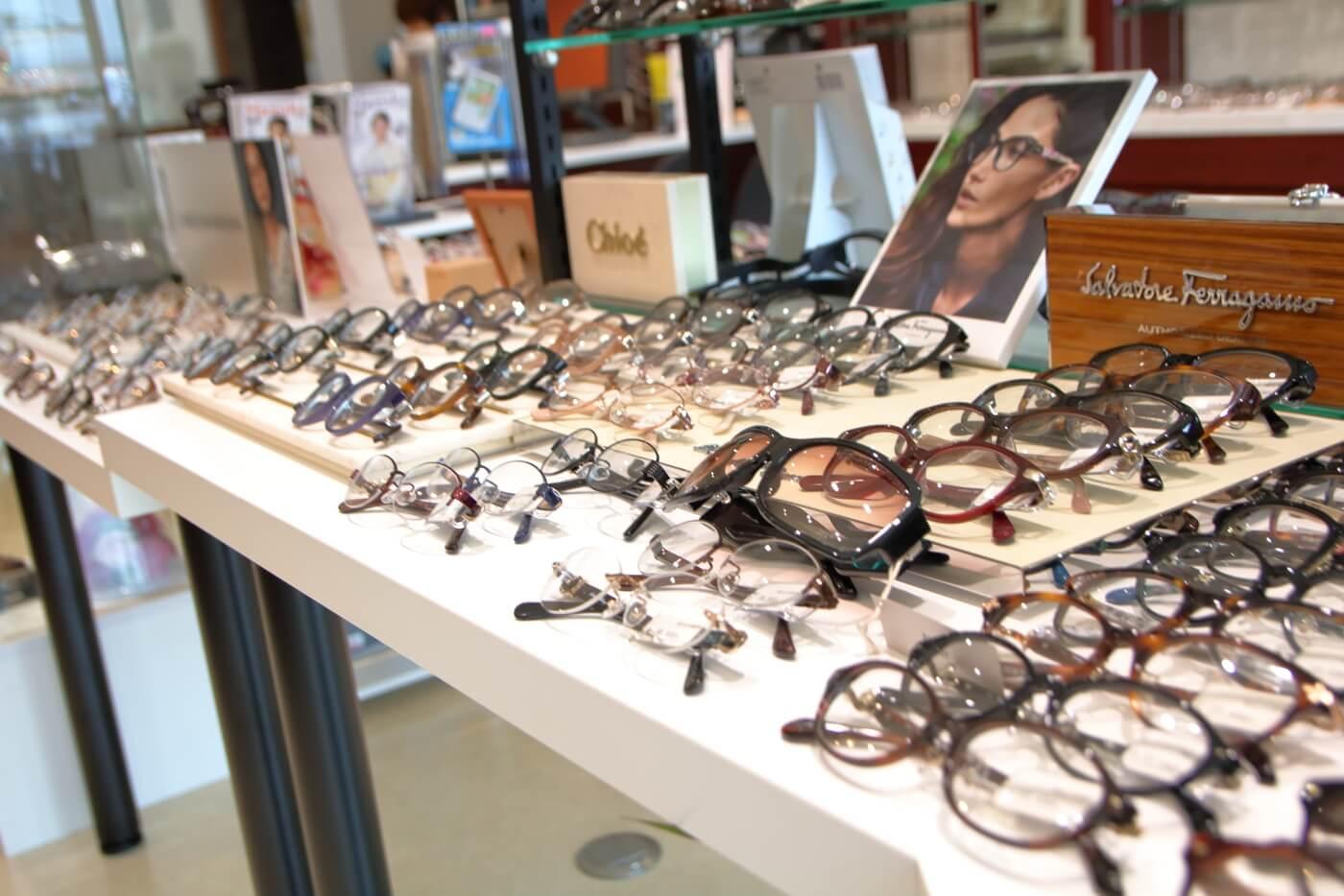 高知市上町の眼鏡店ミナミメガネの店内に陳列されたメガネ