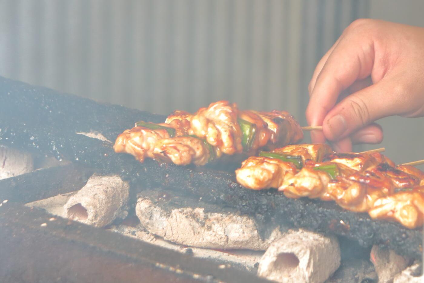 高知 いの町の焼鳥店 鳥印(ちょういん) 焼鳥を焼いている最中