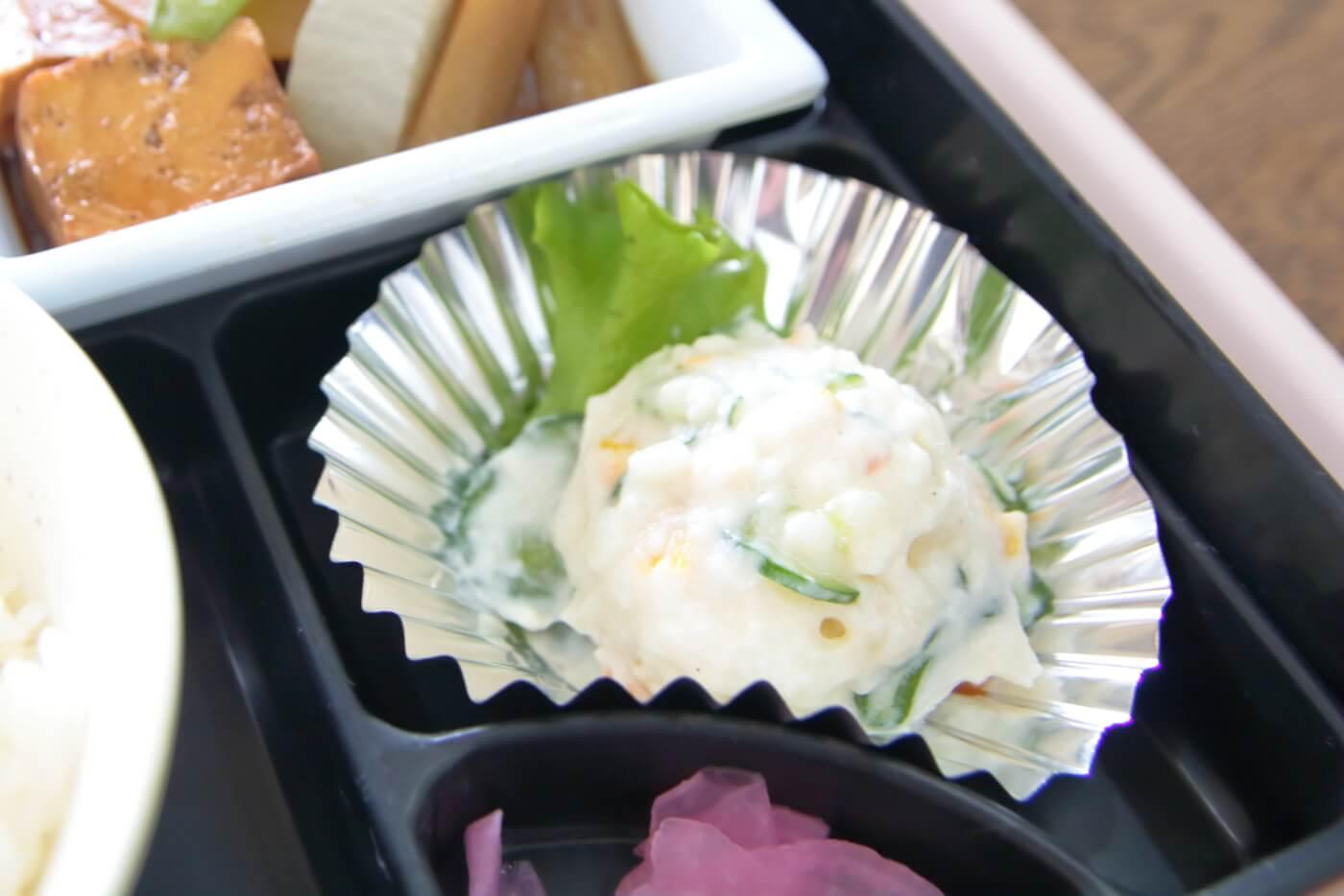 高知医科大学の食堂やまもも 赤魚の煮付け弁当のポテサラ