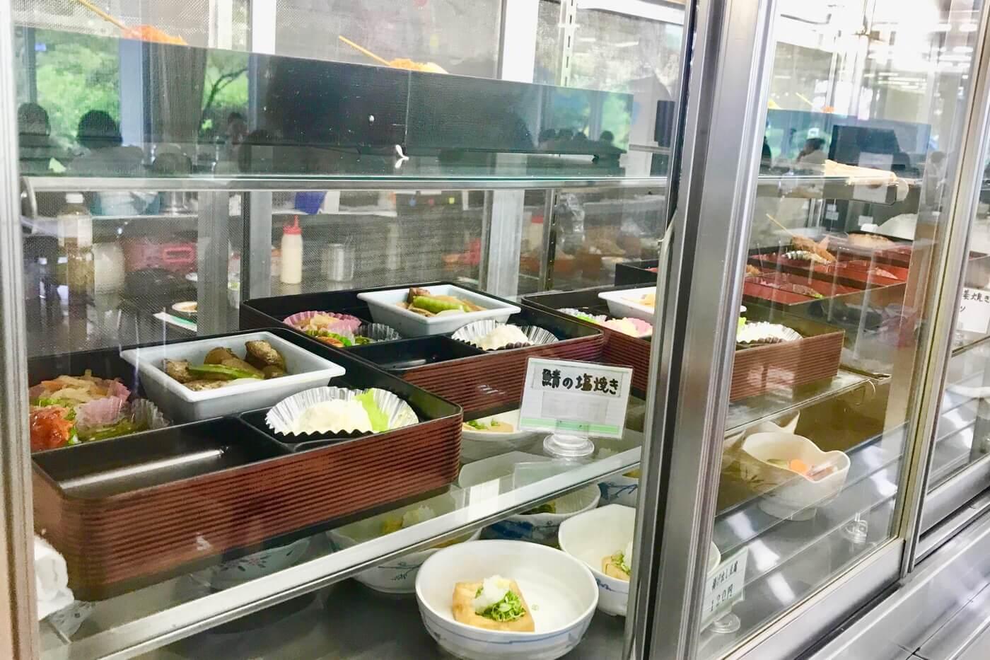 高知医科大学の食堂やまもも 店内に並ぶお惣菜