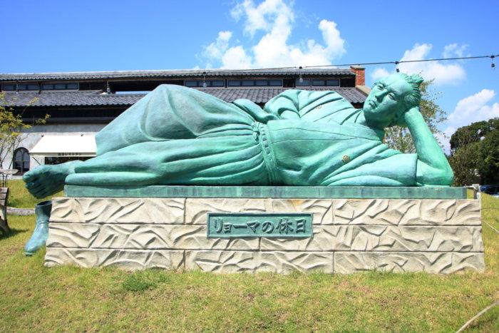 高知南国市の農園レストラン TRITON(トリトン)店先に横たわる坂本龍馬像