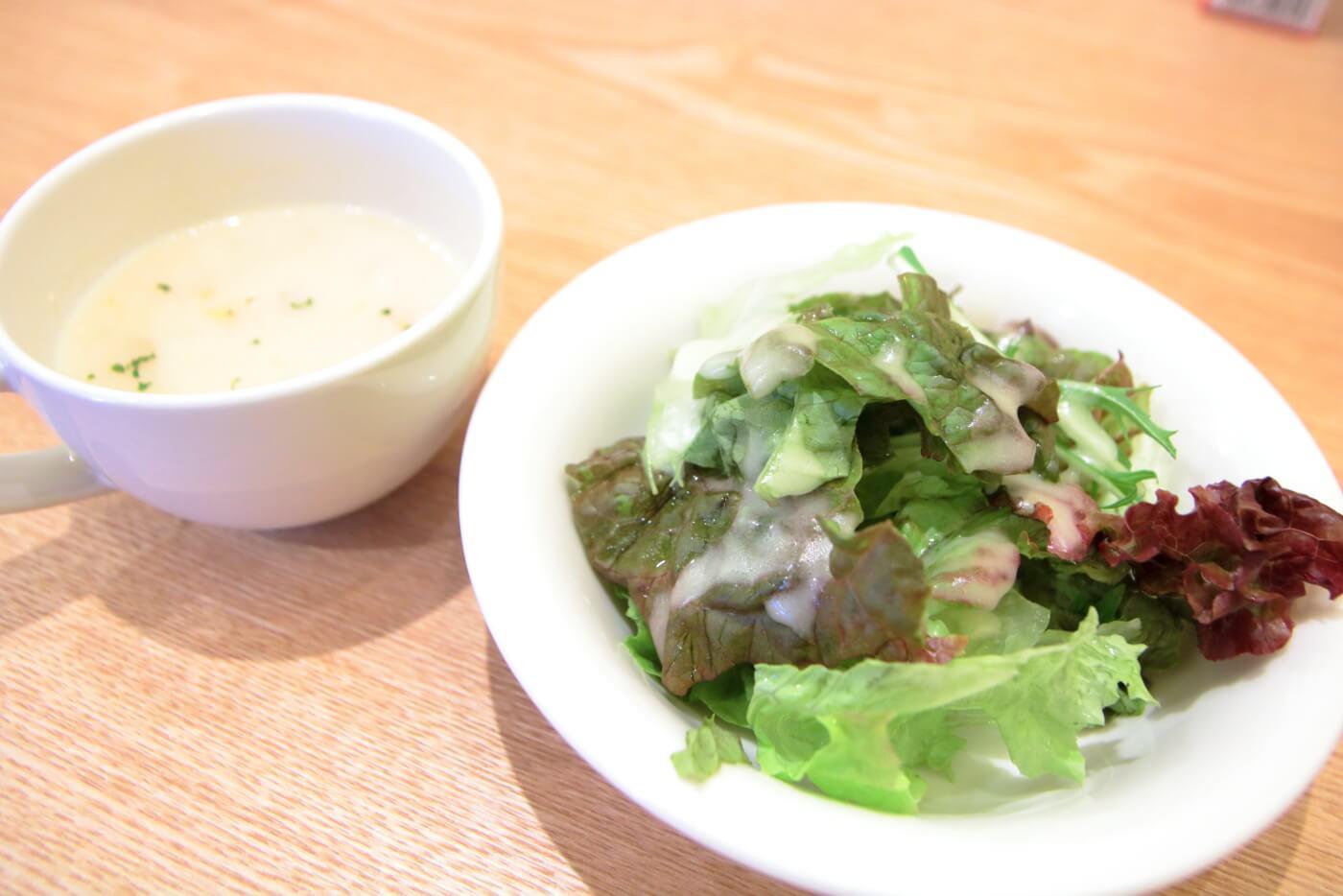 高知・南国市のレストランnoiのランチに付くサラダとスープ
