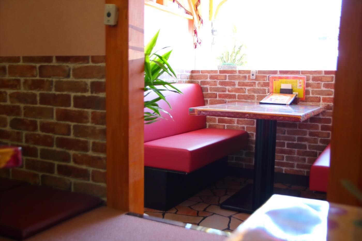 インド料理 スビマハル 内観 テーブル席