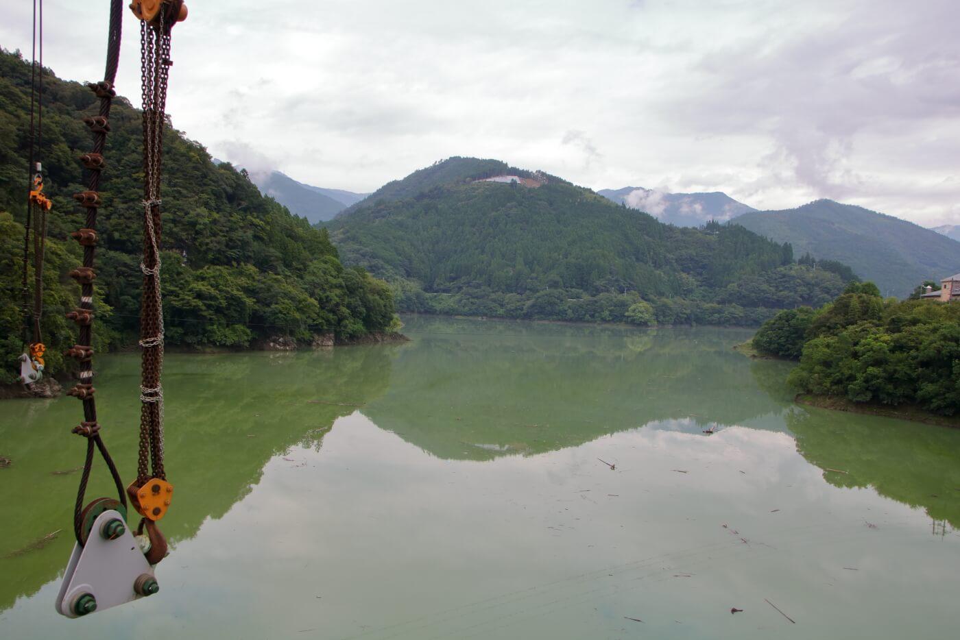 高知県香美市物部町で建設中の大栃橋から見える北側のダム湖