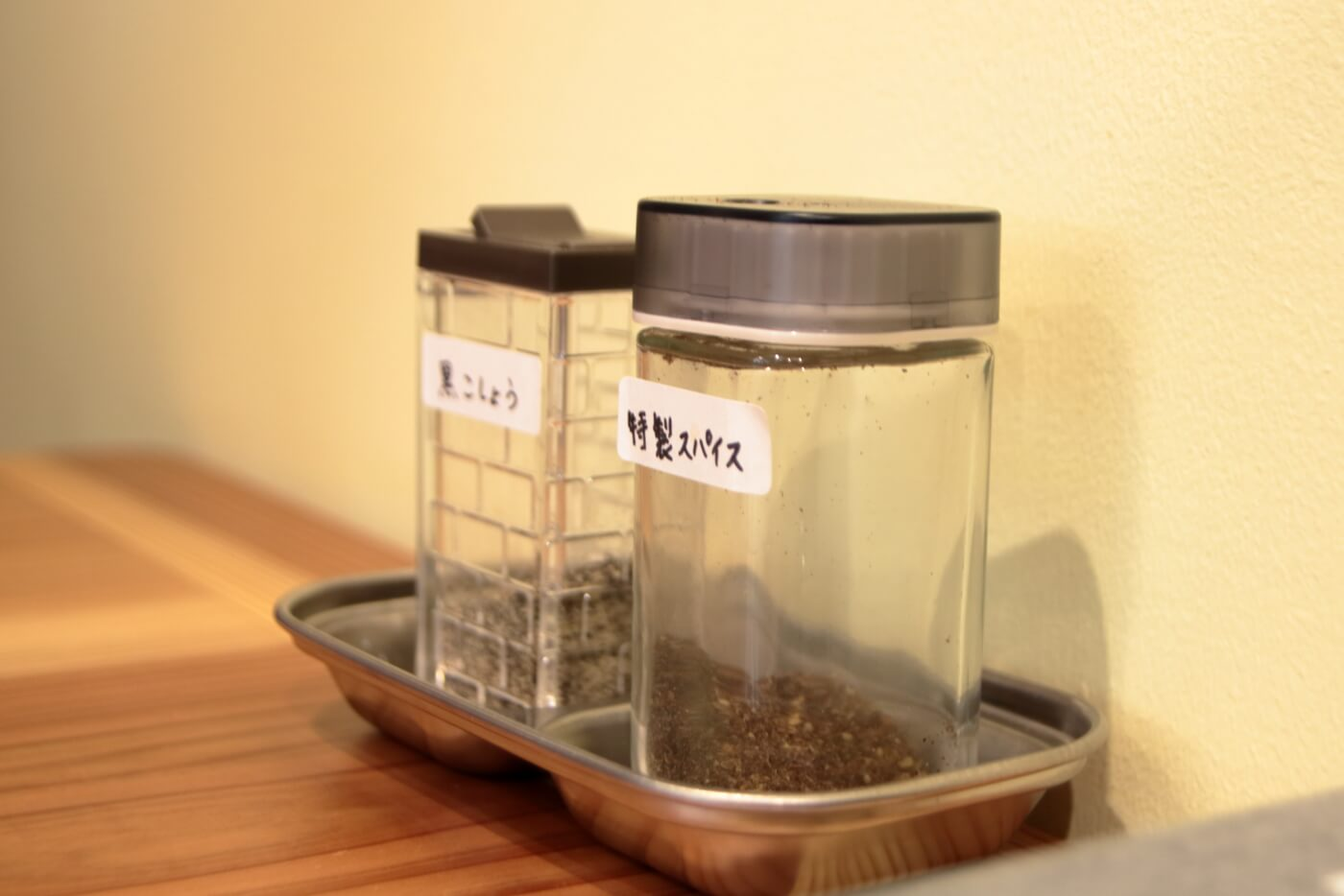 MONK 店内の卓上に置かれた調味料