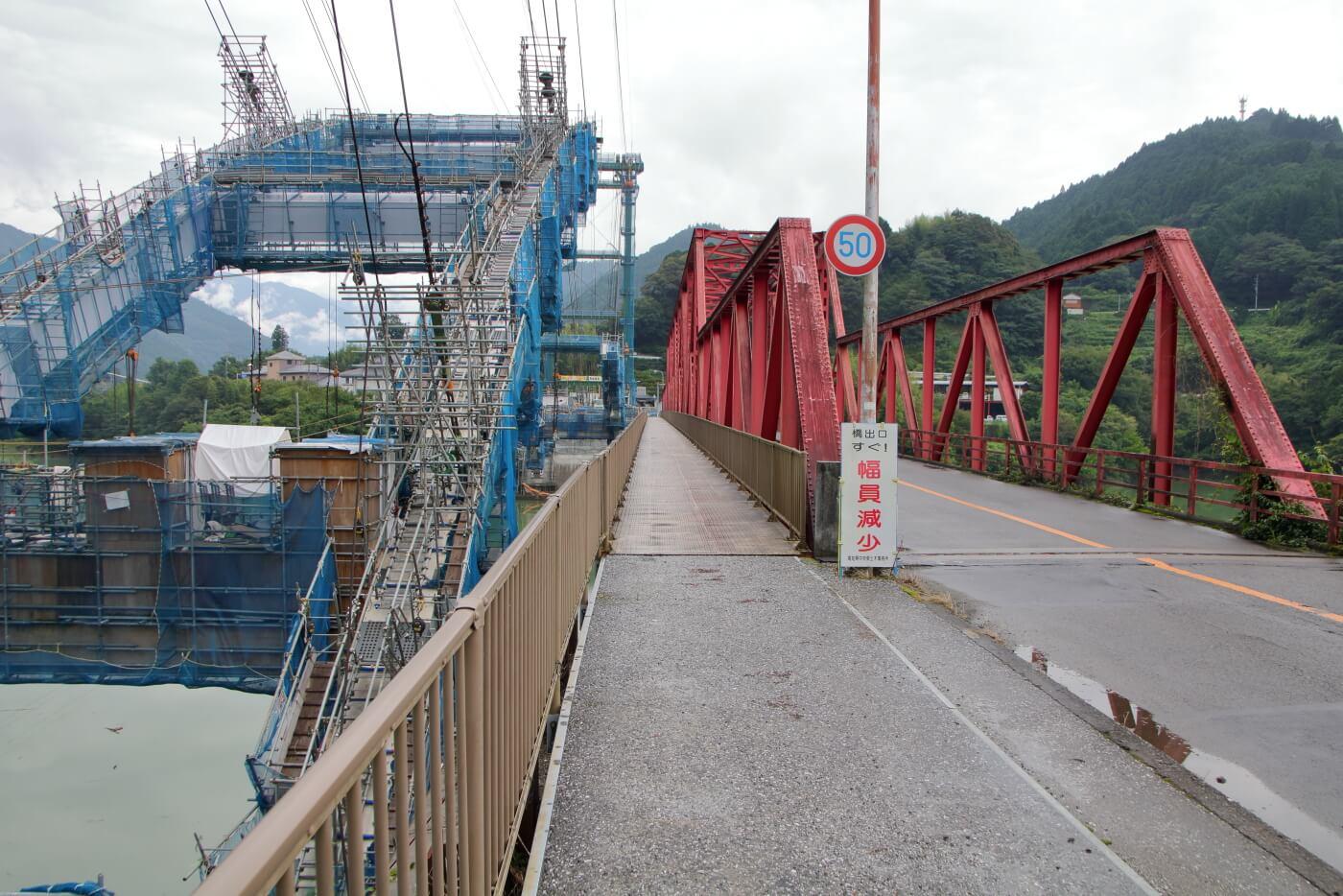 高知県香美市物部町で建設中の新しい大栃橋と古い大栃橋