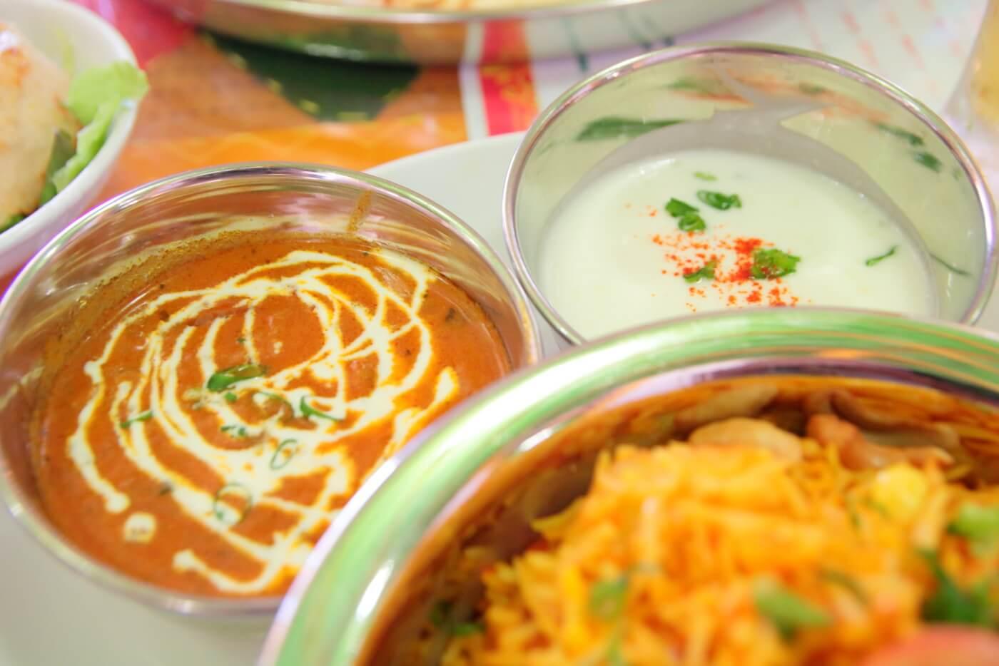 インド料理 スビマハル ビリヤニセットのカレーとヨーグルトソース