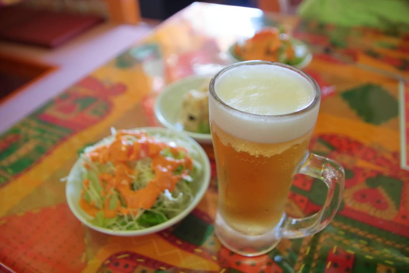インド料理 スビマハル セットのサラダとグラスビール