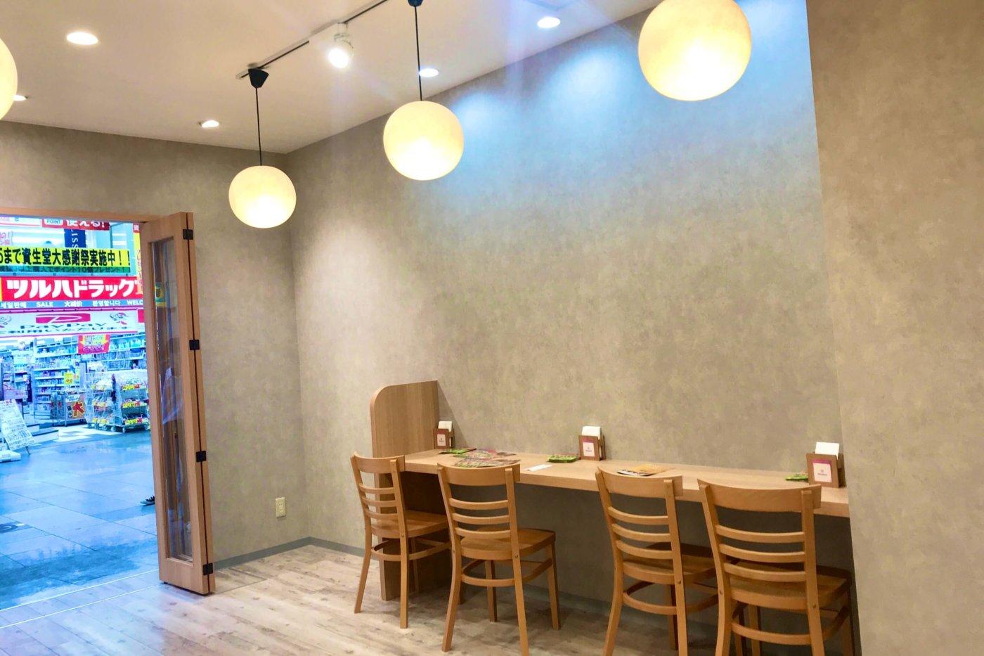 国産茶葉専門店タピオカMOCHA(モチャ)高知店 内観 イートインスペース