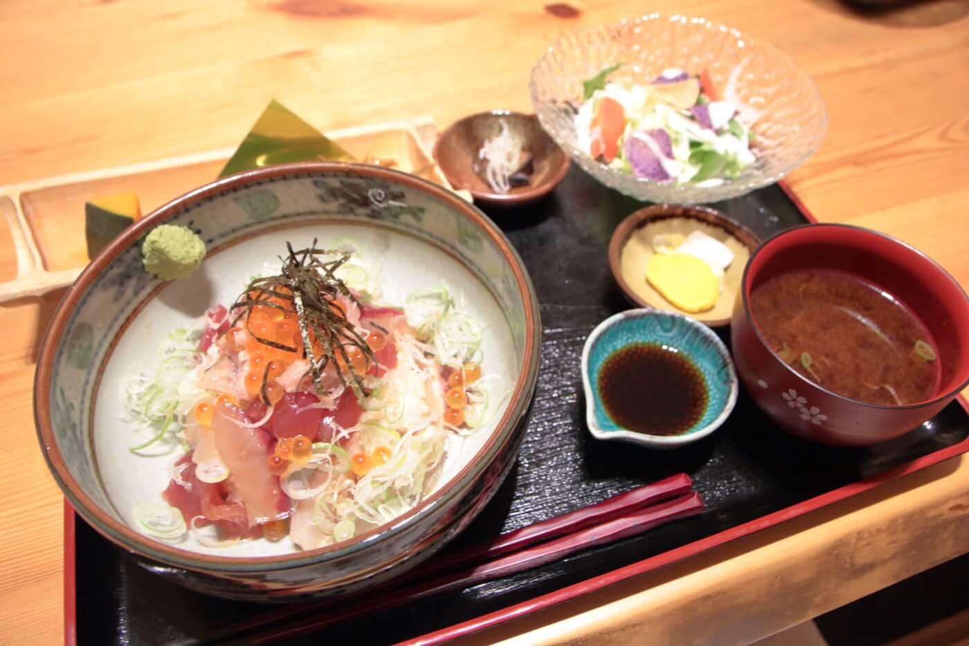 高知市の居酒屋 kataomoi(かたおもい)のランチ 海鮮丼