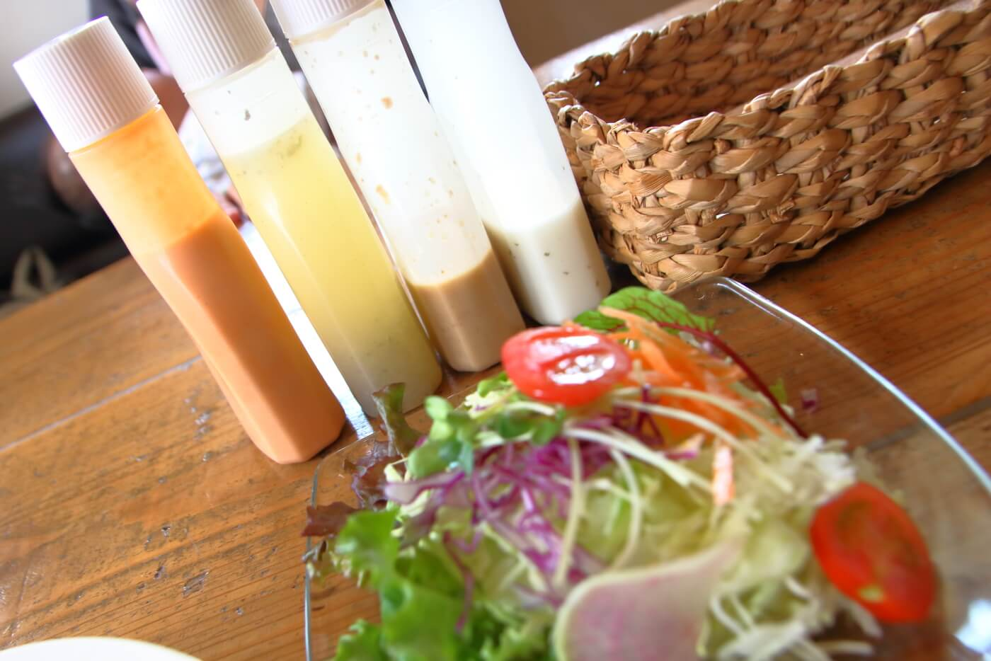 高知香美市土佐山田のカフェあかいみ 日替りランチ チキンピカタのサラダにつくドレッシング3種類