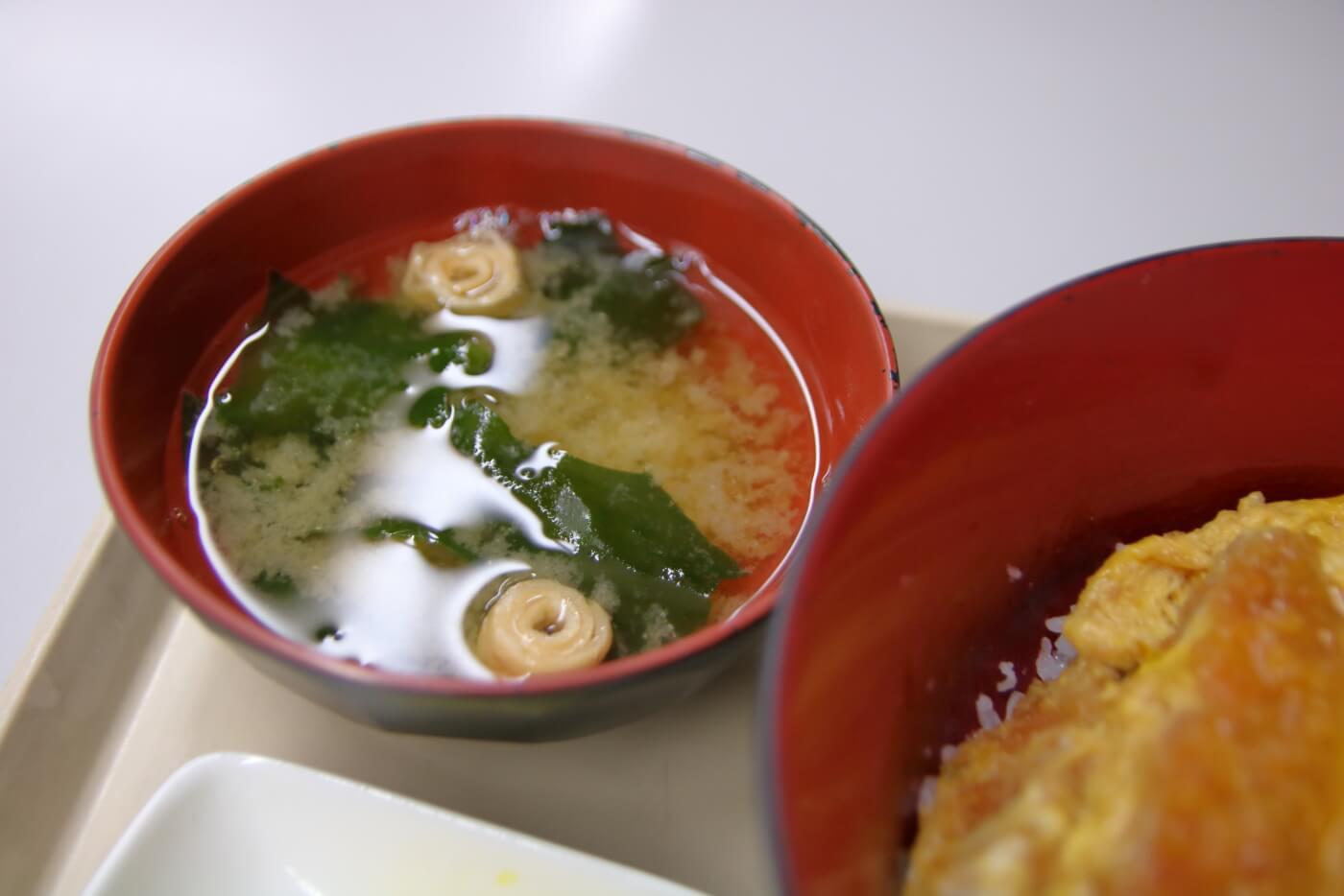 高知県庁地下食堂 カツ丼に付属する味噌汁