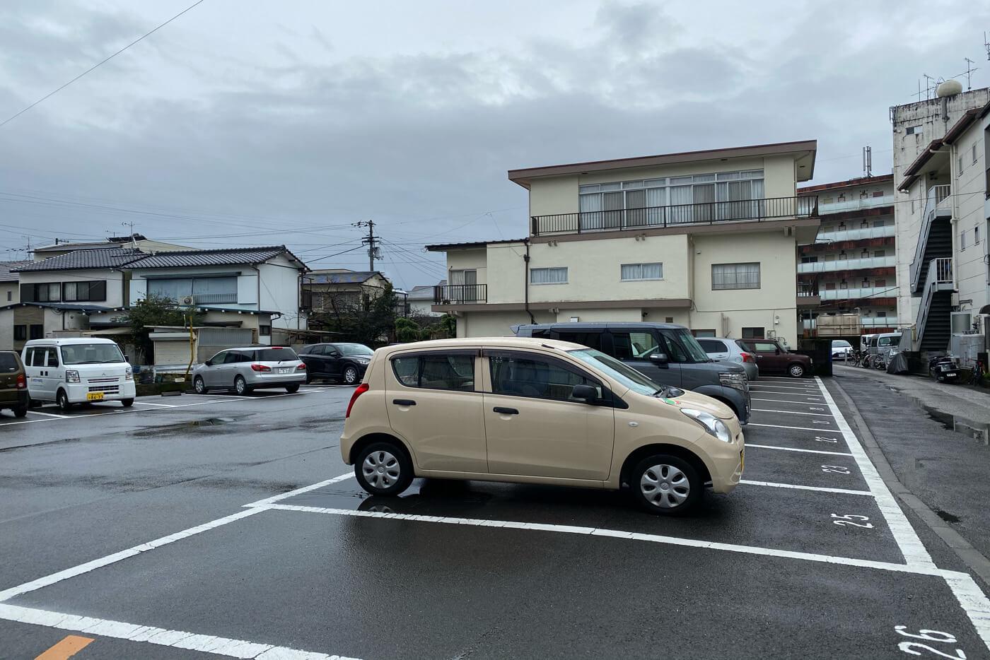 高知市 はやりMON 店舗裏の駐車場