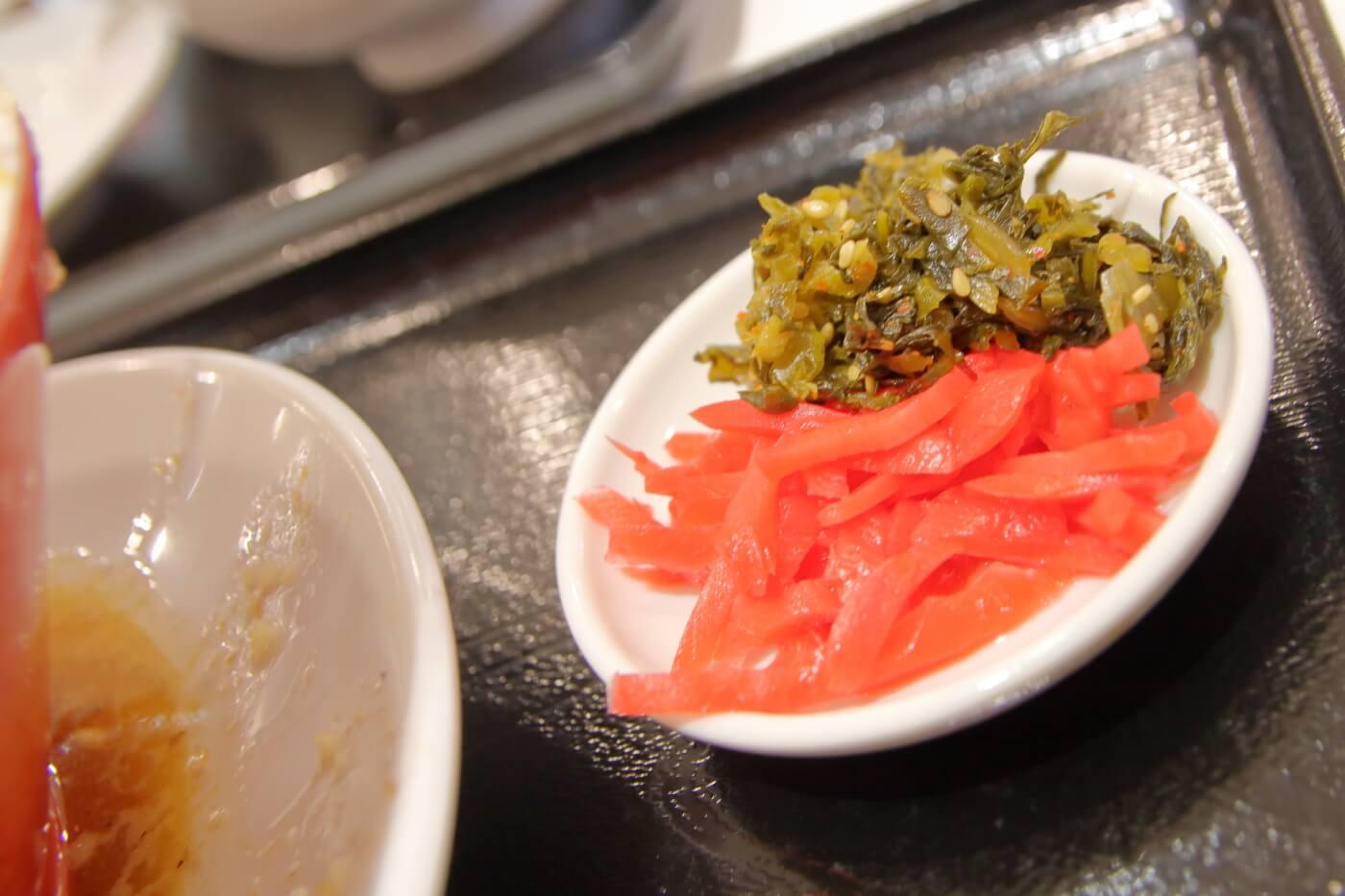 本場博多とんこつラーメン神(jin)サニーアクシスいの店 トッピングの紅生姜と辛子高菜