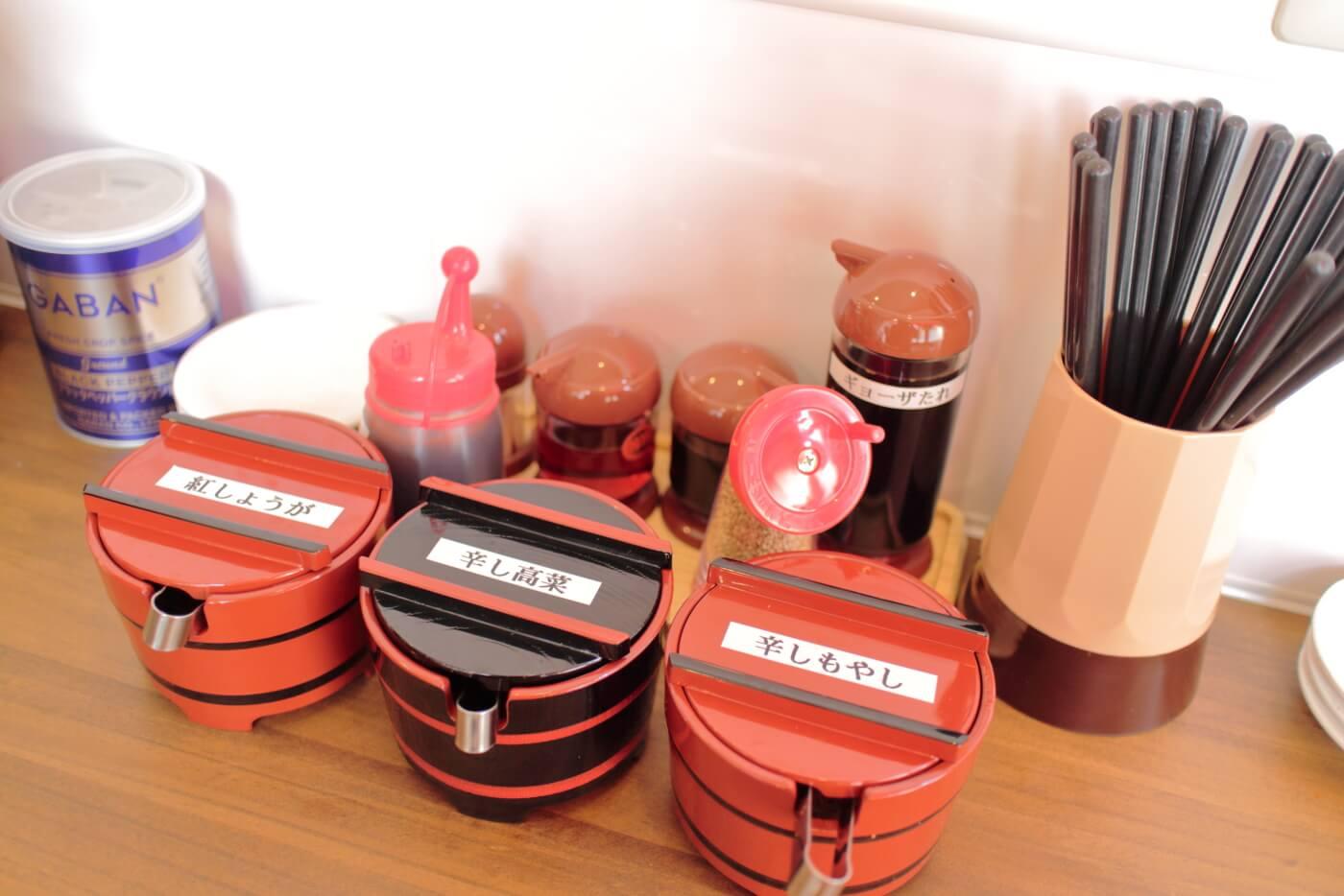 博多の風 らーめん九州男kusuo 店内カウンター席に置かれた薬味