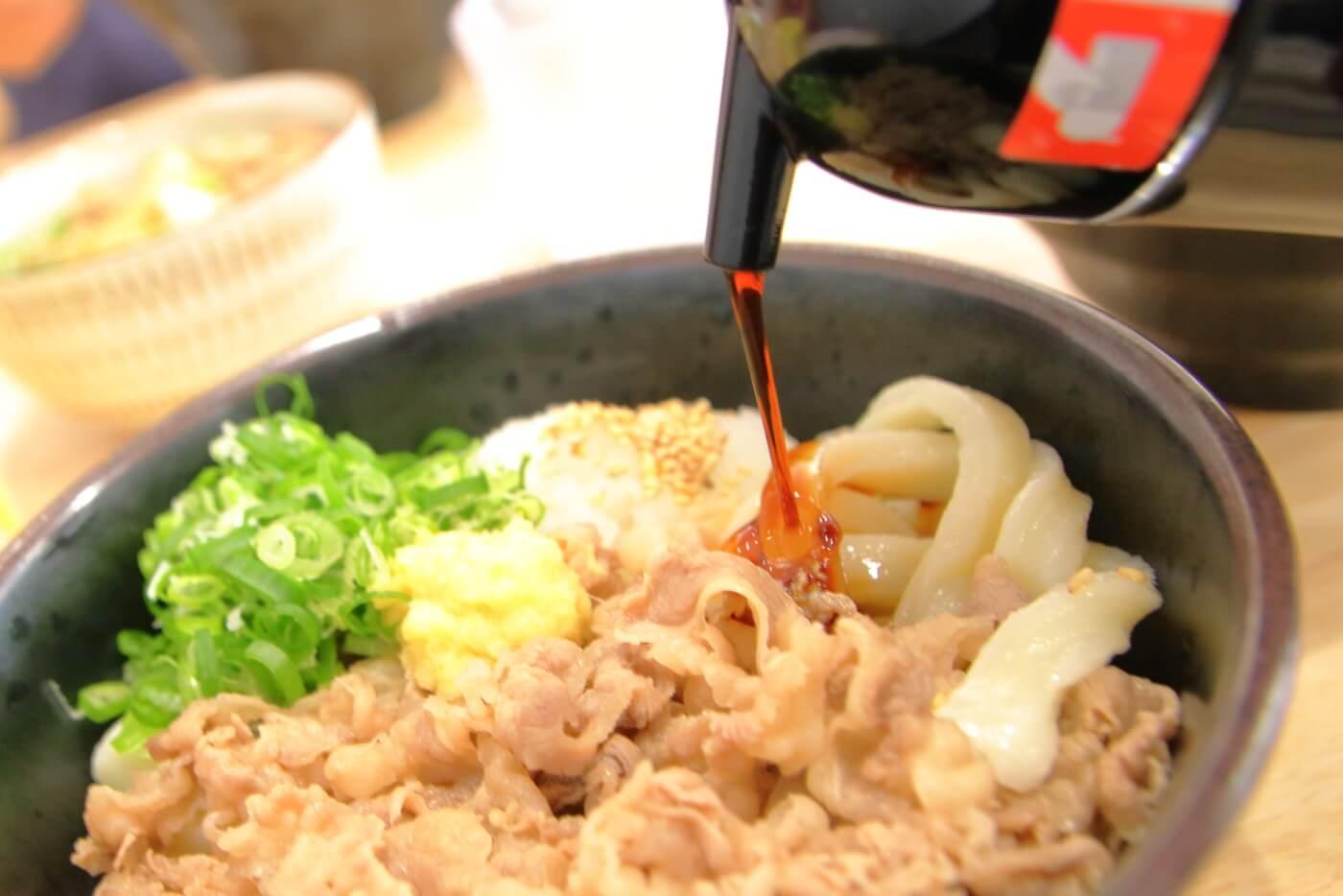 白バラ食堂 肉入り醤油うどん(冷)