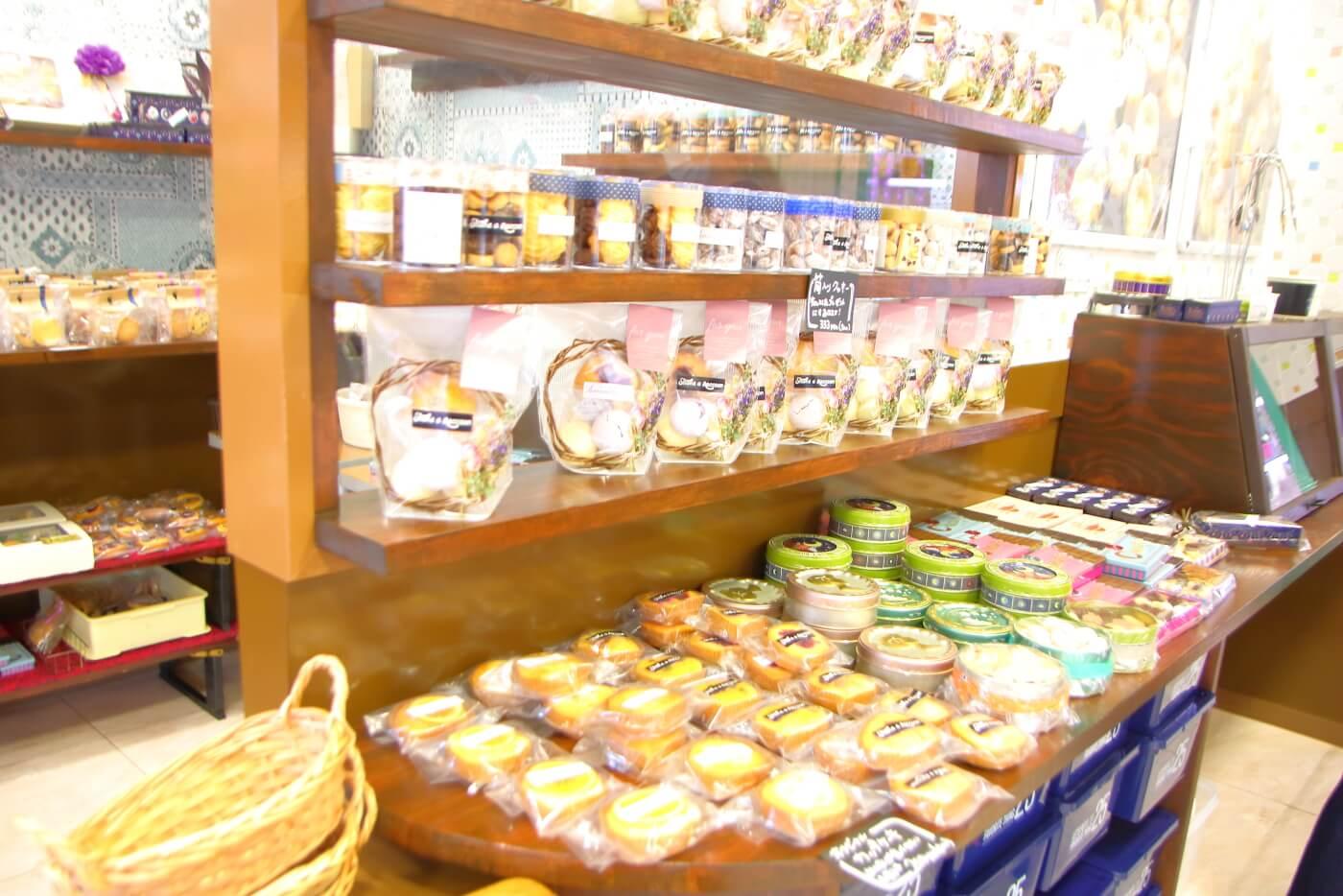 シェイクアラクーン 店内に並ぶお菓子