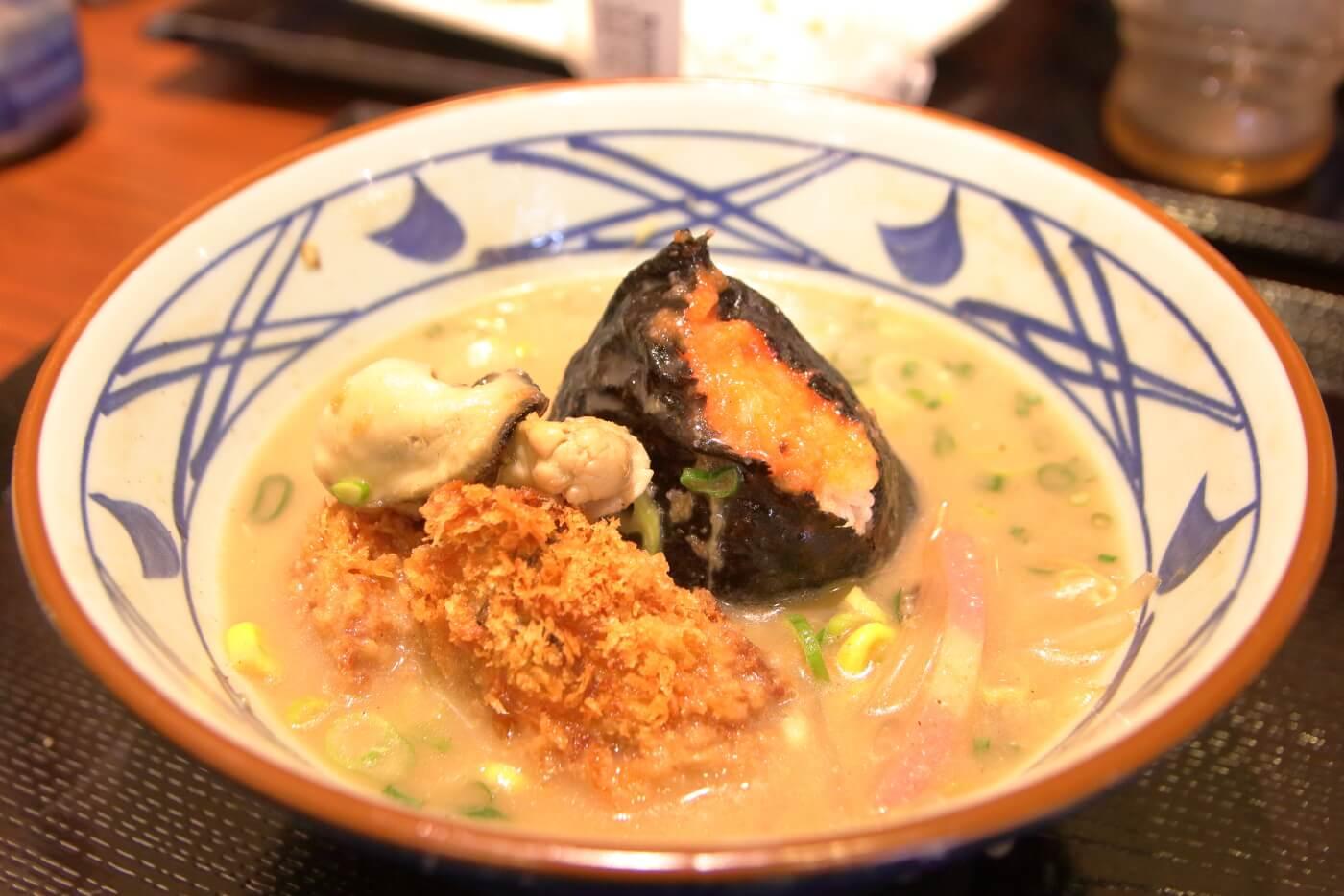 丸亀製麺 牡蠣ちゃんぽんのシメに明太子おにぎりとカキフライを投入して出汁茶漬け