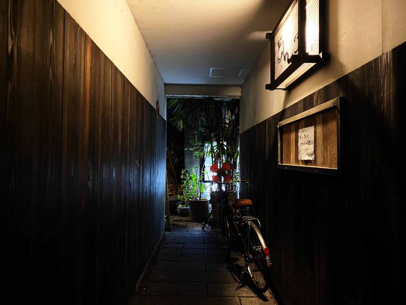 酒亭どんこ 入口の通路